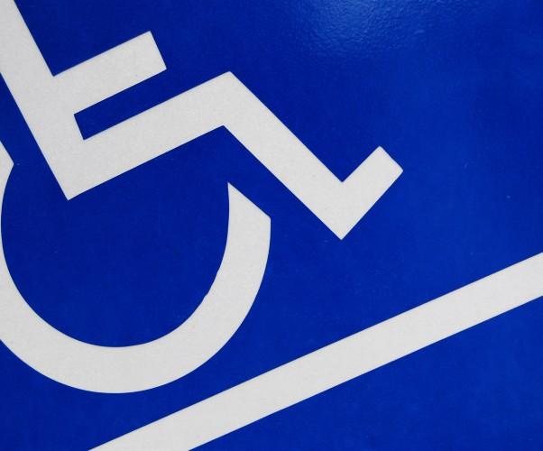 Auto disabile impedisce l'uscita dalla proprietà privata: può avere rilevanza penale