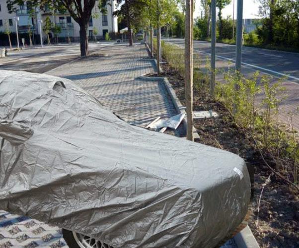 Autoveicolo coperto in sosta nel parcheggio pubblico