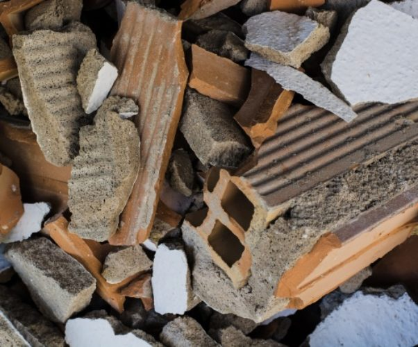 Realizzazione discarica e differenza con abbandono rifiuti – Cass. Penale n° 18399/17