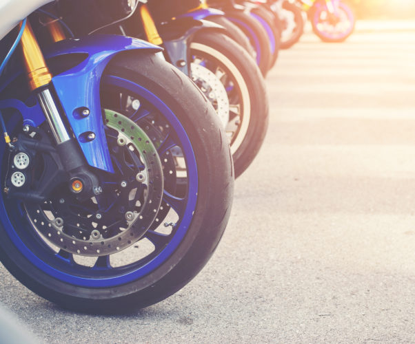 Motoveicoli al semaforo – corsia di marcia