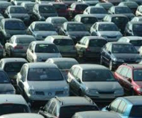 Parcheggio: chi ha la precedenza, chi entra o chi ne esce?